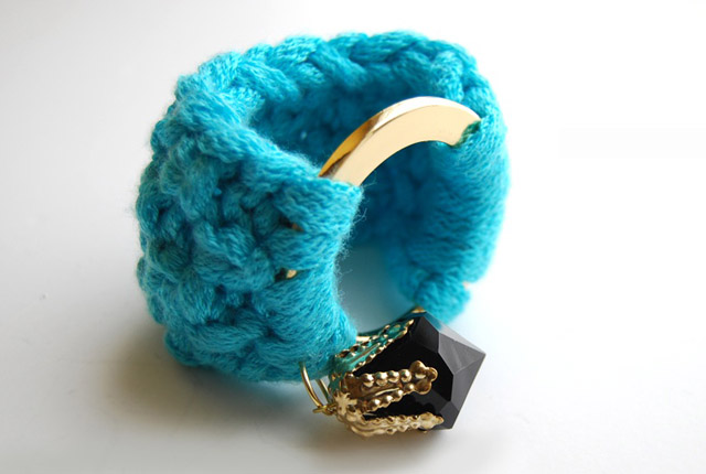 new_knitted_bracelet_blue